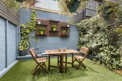 רהיטי עץ בגינה