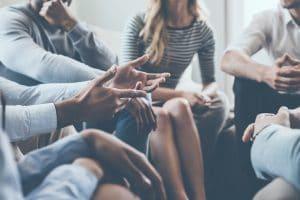 קבוצת אנשים מקיימת דיון
