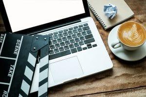 מחשב עם כוס קפה