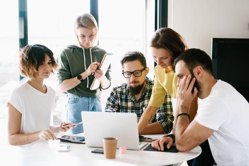 משרד פרסום דיגיטלי משלב מספר אנשים המנסים יחד למצוא פתרונות מתאימים
