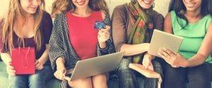 בנות עושות קניות באונליין